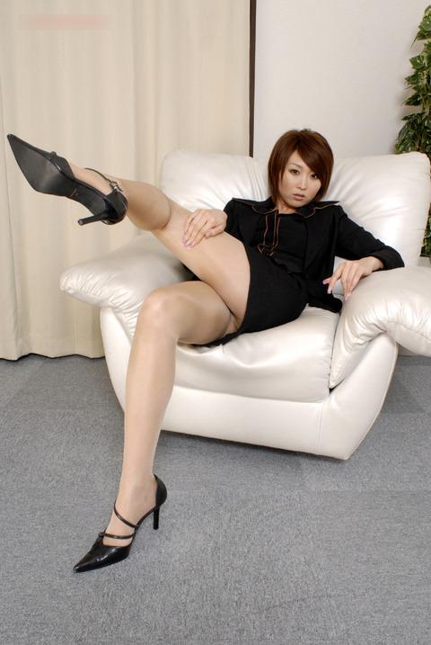 スタイル抜群な黒スーツ姿のお姉さんが、テカテカベージュパンストを履いたフェチ画像が抜きどころ満載なんだが!!