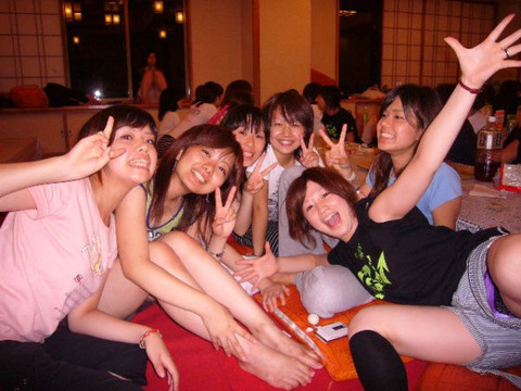 皆で撮った写真の中にパンチラしてる女の子がいたwww