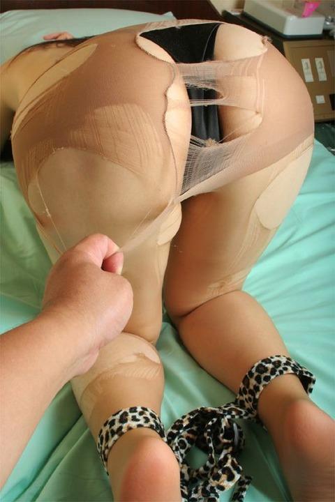 【パンストフェチ対決】 これ触りたいな!って思うパンスト尻は ビリビリに破いた卑猥尻 vs パンストに覆われた綺麗尻 どっち?