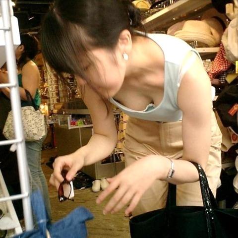 奇跡の瞬間!!前かがみになった女性のおっぱいを盗撮