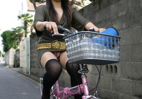 タイトスカートで自転車に乗ってるセクシーな女性画像