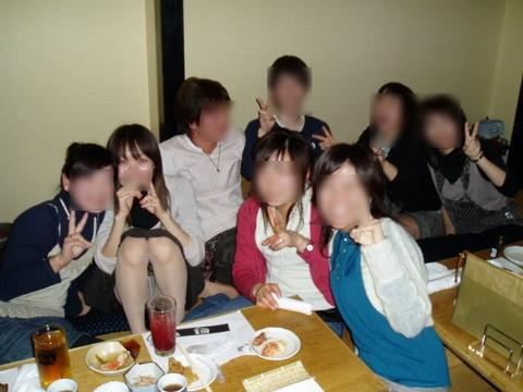 記念に撮った写真でパンチラしちゃった女性たちのお股画像