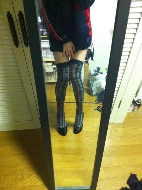 脚フェチ必見! ある一般女子が色んなパンスト・ニーソを履いて鏡越しに撮った写メが「フェチ心を分かっている」と話題に