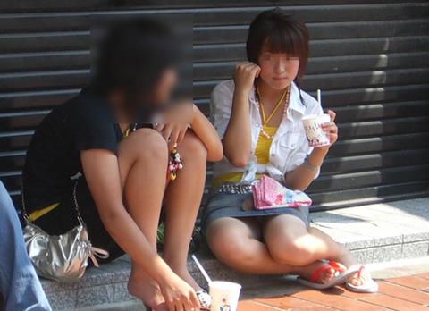 座って気を抜いた瞬間にパンチラを盗撮されちゃった女性たち