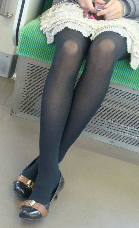 黒タイツからほのかに透けた肌がフェチ心をくすぐる女の子たち