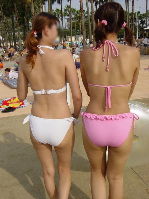 ある二組の水着を着た女の子を追跡してみた結果…。