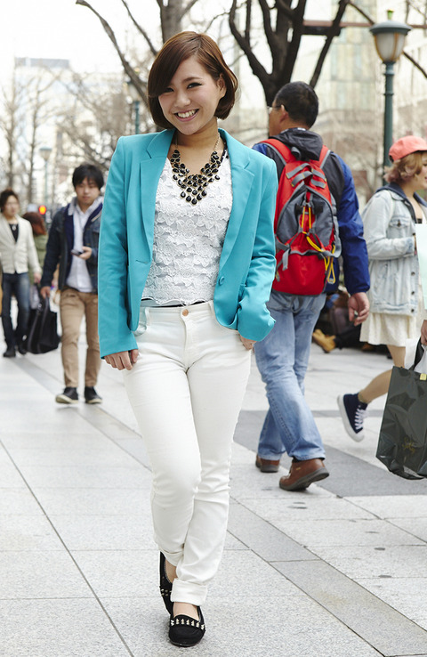 ピタッとしたパンツを履いた女性の股間を前から見てみたwww