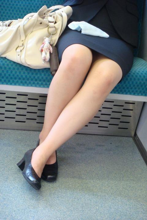 【靴フェチ対決】 OLだとどっちも履くと思うけど、よりエロスを感じるのは パンプス vs サンダル・ミュール どっち?