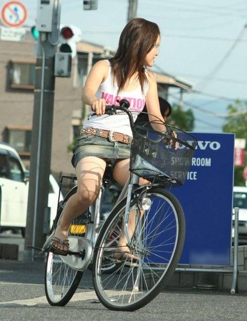 パンチラ!パンチラ!パンチラ三昧! そりゃ、そんなタイトミニのスカートでチャリこいだらパンチラしますわwwww