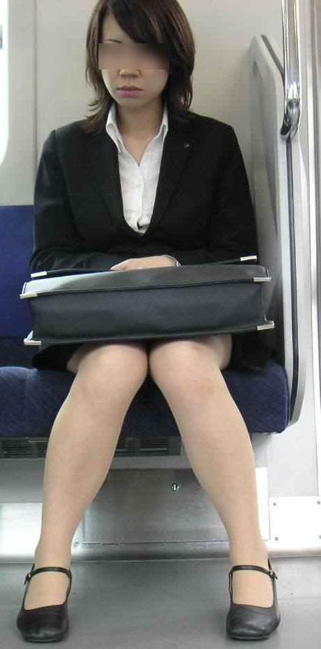 スーツにパンスト脚! OLが前に座ってたから撮ったったwww