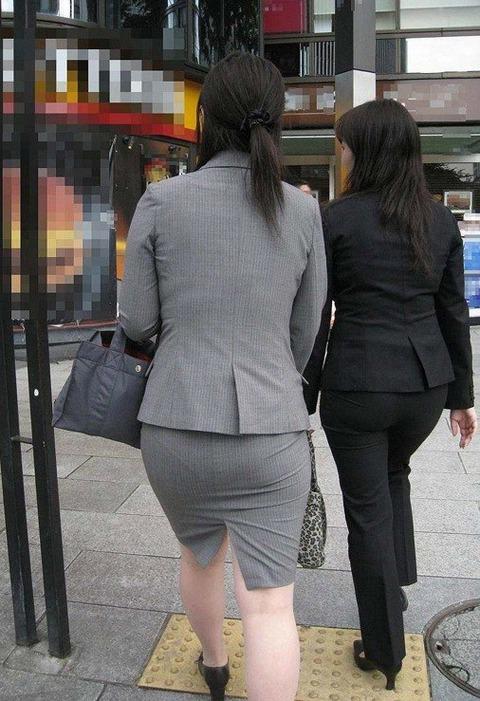 服が張り付いてパン線がでちゃった女性画像