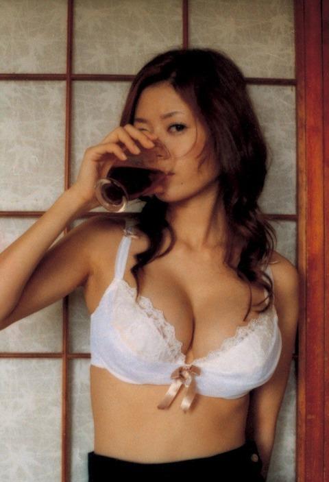 これは完全にフェラチオを意識してる! 食べたり、飲んだりする時の女性は色気満載