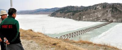 IT情報つめこみ速報|ダム湖に沈む三角形の橋