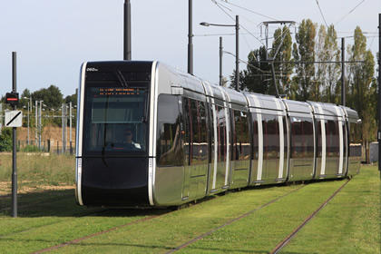 Citadis_n°60_Vaucanson_trottoir_(tram_Tours)_par_Cramos