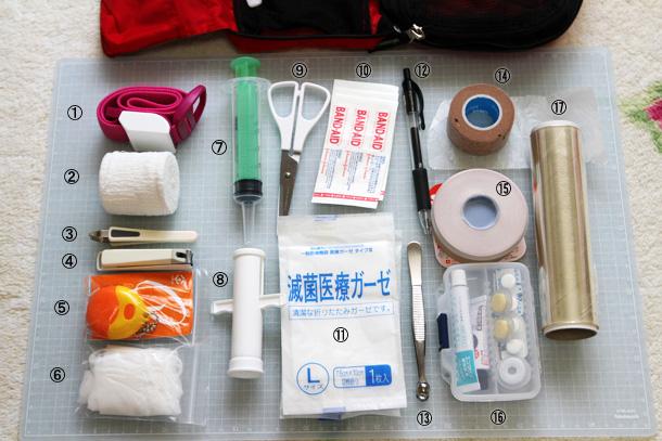 ファーストエイドキットの中身がずらりと並べられた写真。いろいろな医療用品などがある。