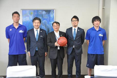 吉山副市長と集合写真