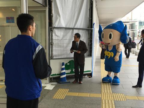 チラシ配り(JR松江駅)