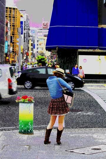 信号待ちの女 鞄を探る
