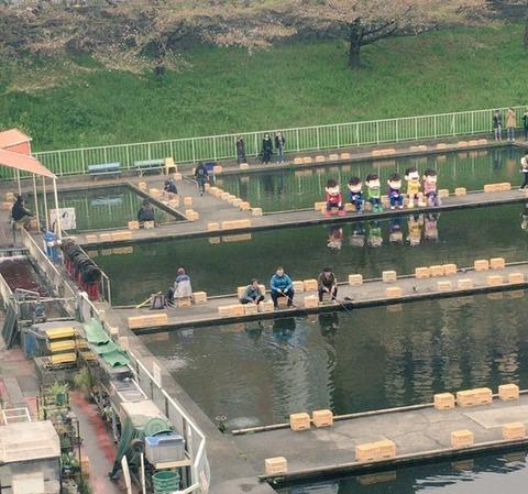 おそ松さんの6つ子があの釣り堀に登場!一列になって釣りを楽しむ!?【ニュータイプ6月号撮影追記】