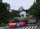 名古屋城を前に