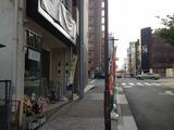 お店の前から赤門通を眺める