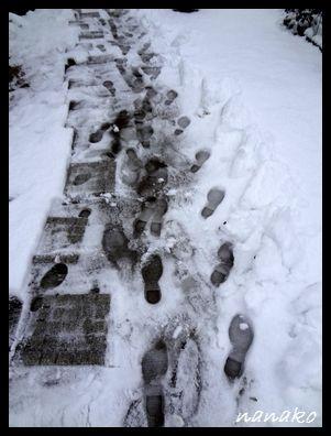 雪かき最中の足型・・・