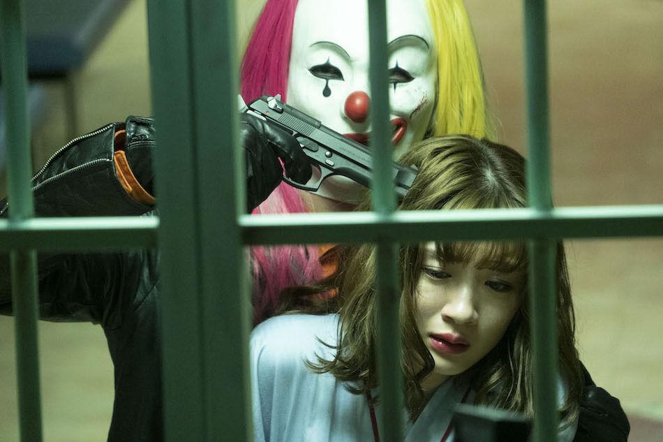 永野芽郁が凶悪犯のピエロに銃口を突き付けられる 『仮面病棟』劇場特別映像&新場面写真