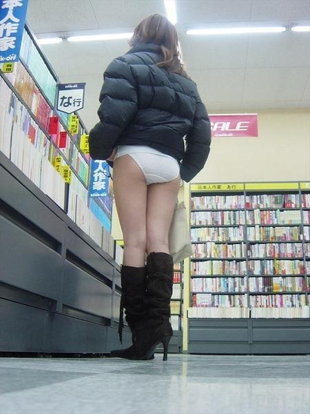 女が店内で大胆露出 (34)