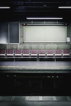 暗い駅のホーム