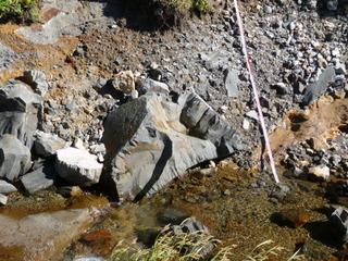 8小川の石