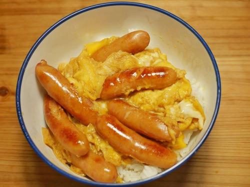 【悲報】僕の夕食、ソーセージの卵とじ丼…
