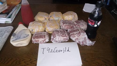 【画像あり】30歳おじさんだがマックのハンバーガー10個買ってきたwwww【マック大食い企画】