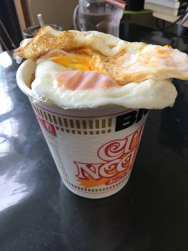 【画像あり】カップヌードル卵のせ美味そうだろWWWW