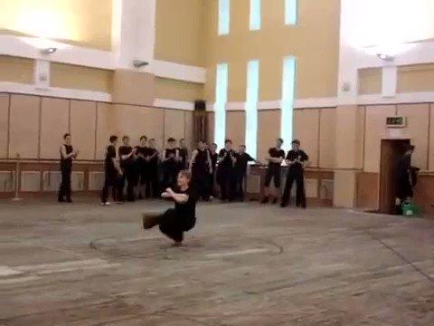 コサックダンスを極めた人間が凄すぎたwwwwww体幹どうなってんだこれ