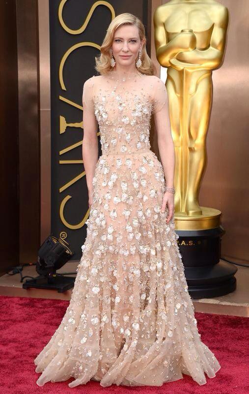 このドレスが素敵ー!それもあるけど、それだけじゃなくて、このドレスを着こなしている彼女が一番凄い!まず、ウェスト細いわ!それからこのヌーディな色から透けて