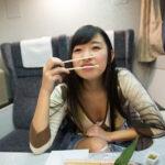 【画像】新幹線乗ってるんやけど前の座席にめっちゃエッチなお姉さんがいる