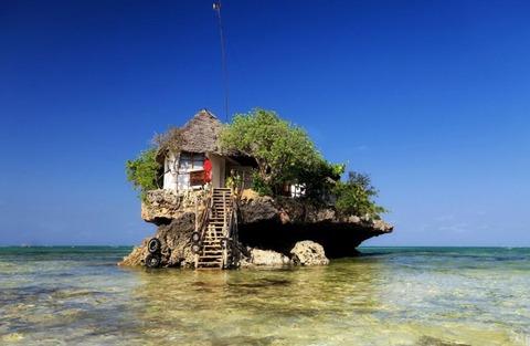 海上の岩石の上にあるレストラン