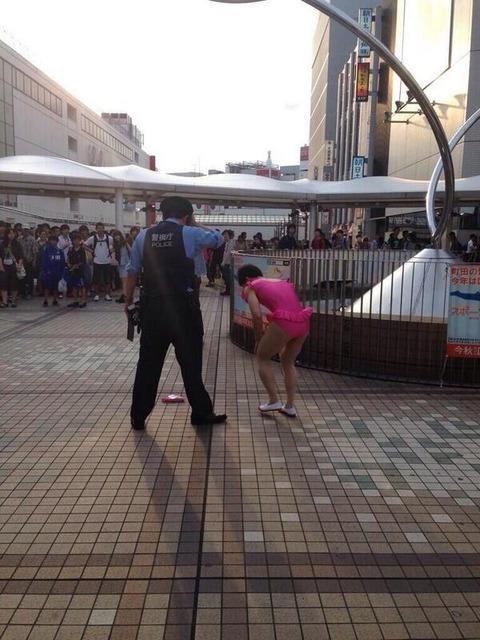 警察官とピンクレオタードを着た男