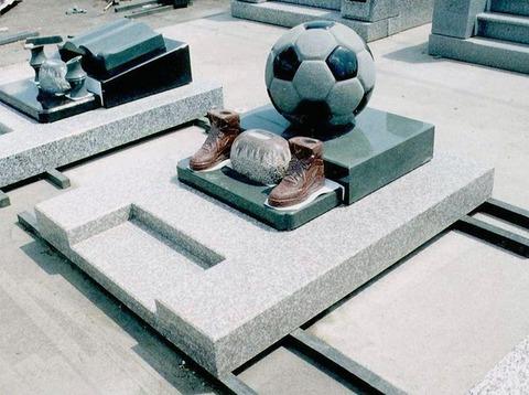 サッカーボールとサッカーシューズの墓石