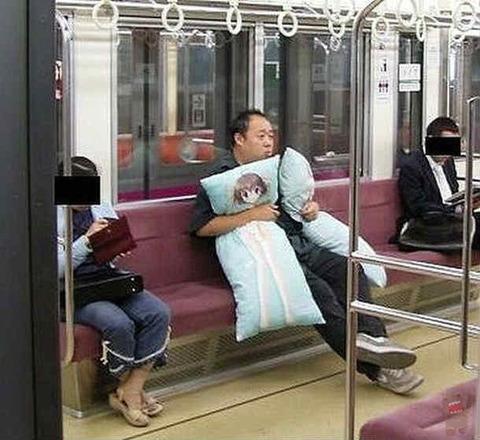 電車の中で抱き枕をだくおじさん