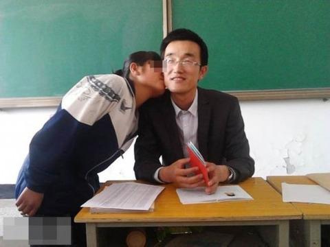 女子高生とキスする男性教師