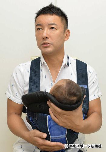 わが子を抱く山本太郎参院議員
