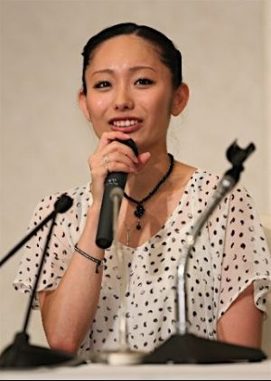 記者会見をする安藤美姫