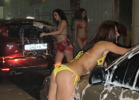 海外の女性が水着で洗車サービス