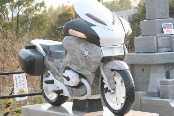 バイクの形の墓石