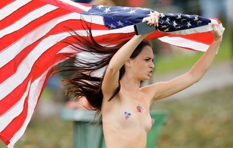 星条旗を持っておっぱいをだしている女
