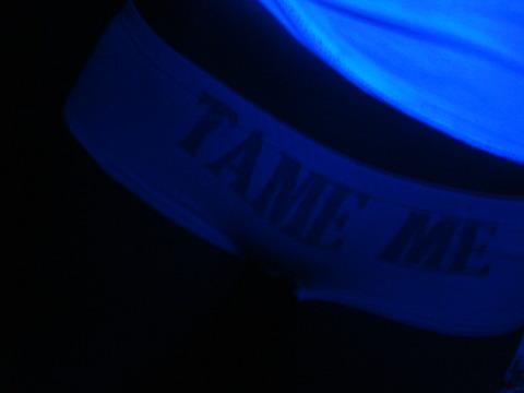 ブラックライトで光るパンツ