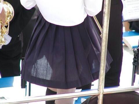 透けてる女子校生のスカート