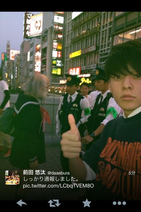 東京に出没する「セーラー服おじさん」通報される