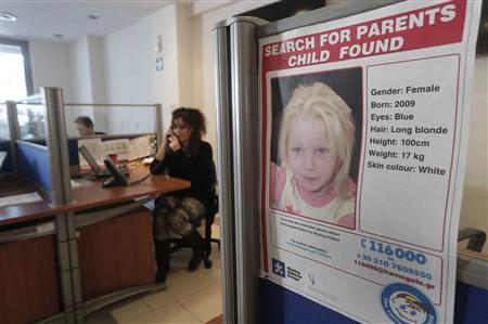 身元不明の金髪の天使の両親を探すポスター